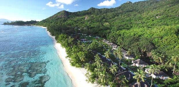 Sur Silhouette, très intégré dans la végétation, le Hilton Labriz, le long d'une plage de sable blanc.