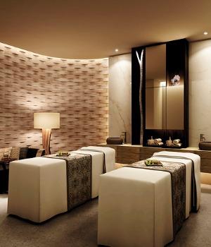 Salle de massage pour un couple au spa.