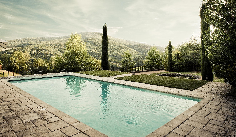 La piscine dans le jardin en terrasse. Belle vue sur les vignes en coteaux.