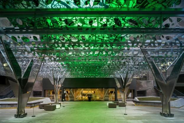 Arbres en acier chromé, verrière de cristal teintée de vert, c'est la nouvelle spectaculaire place d'entrée du Novotel Madrid Center.