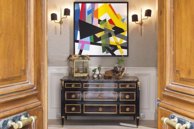 Le chic des maisons bourgeoises parisiennes de la fin du XIXème siècle ponctué d'une toile contemporaine.
