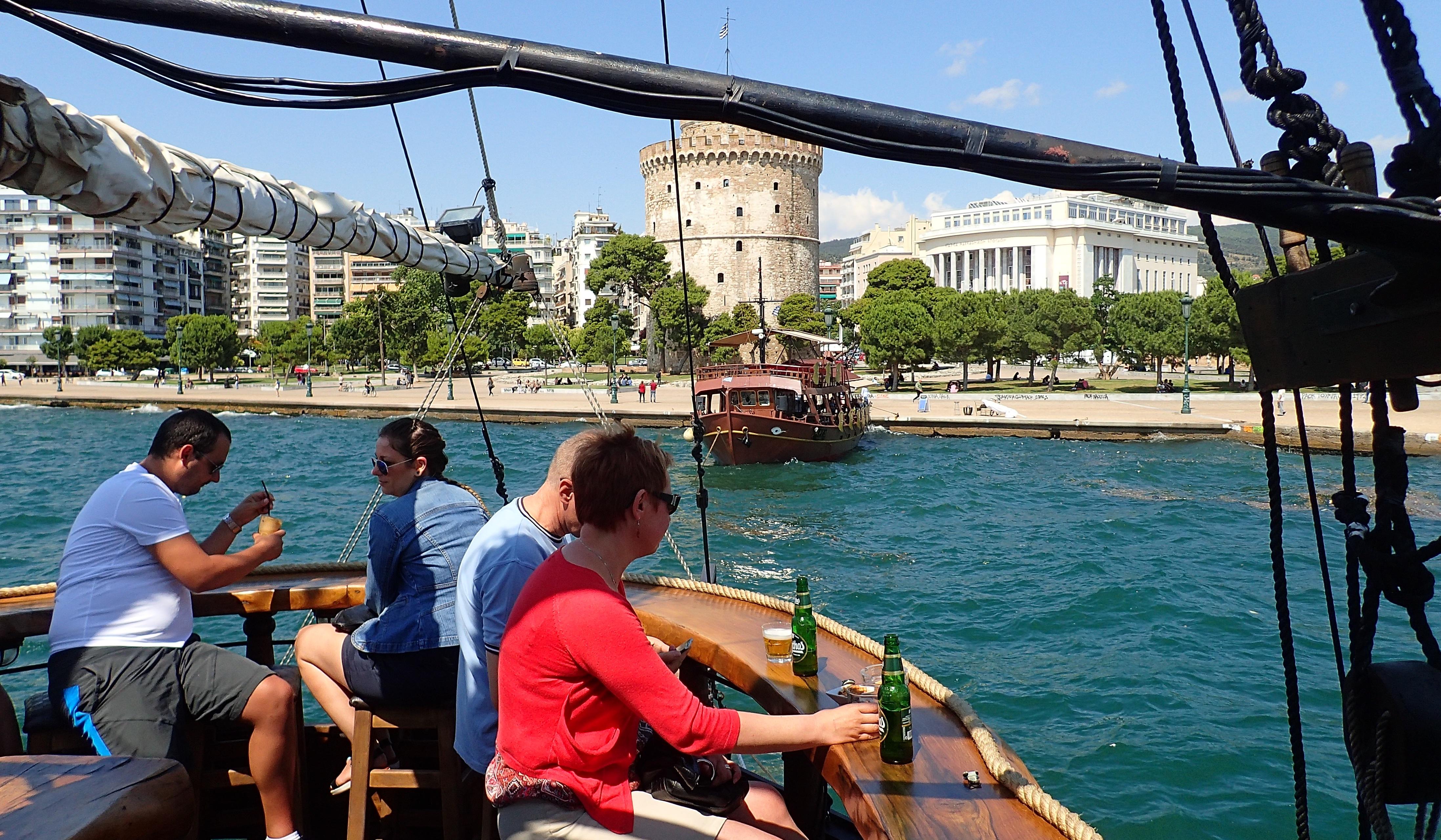 Apéro en mer face à la Tour Blanche emblématique de Thessalonique.