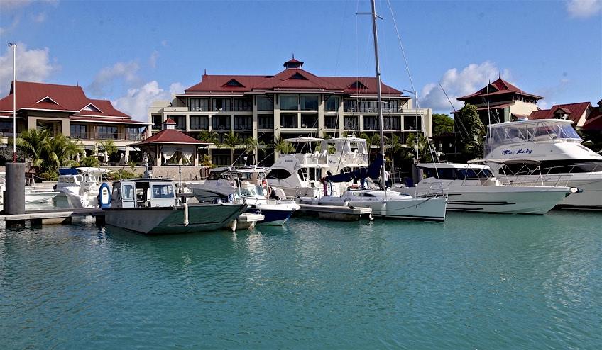 Planté devant la marina de l'île artificielle Eden Island, le tout nouvel Eden Bleu. On ne félicite pas l'architecte.