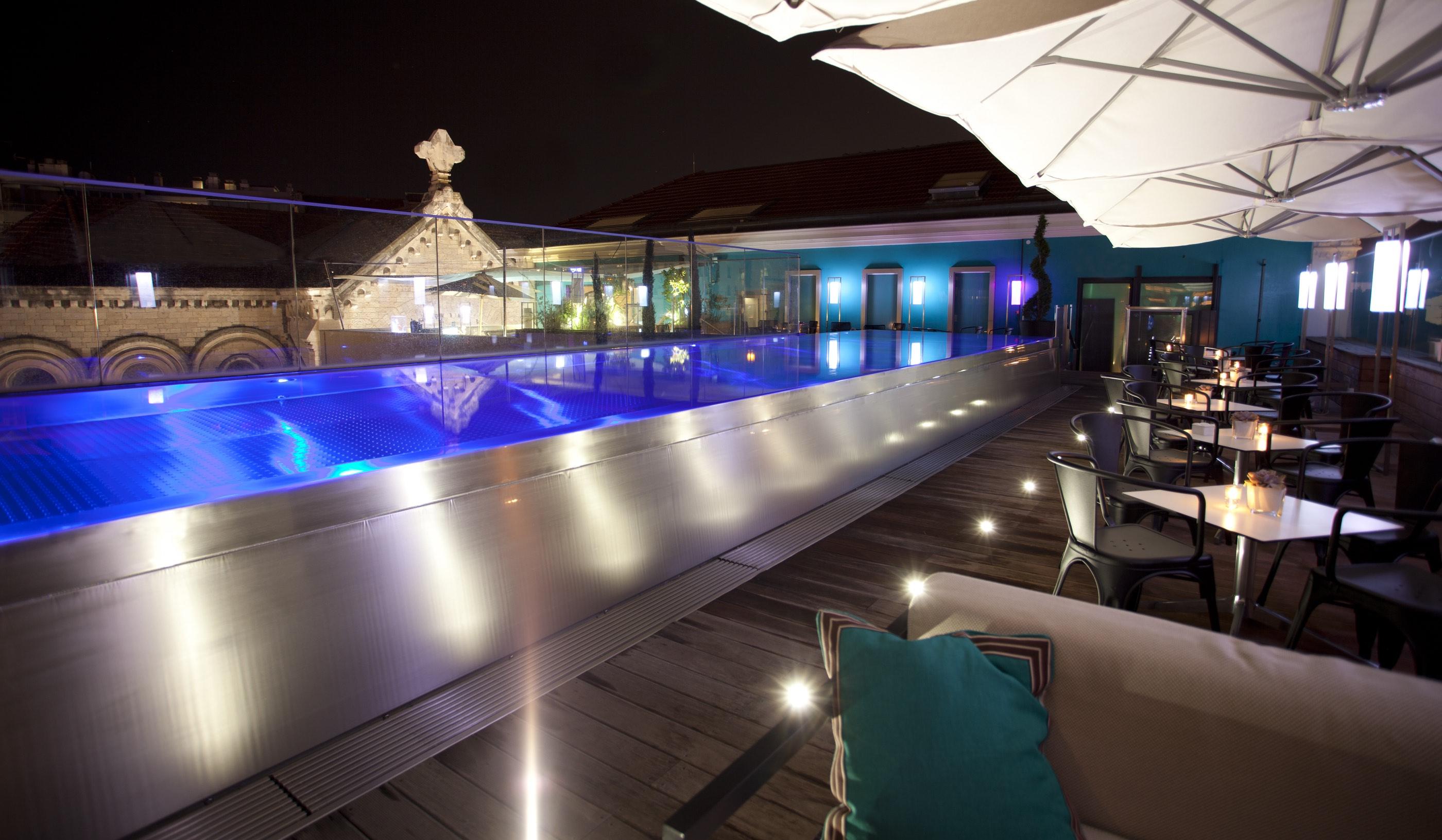 Le Rooftop bar et restaurant avec piscine du Five Seas.