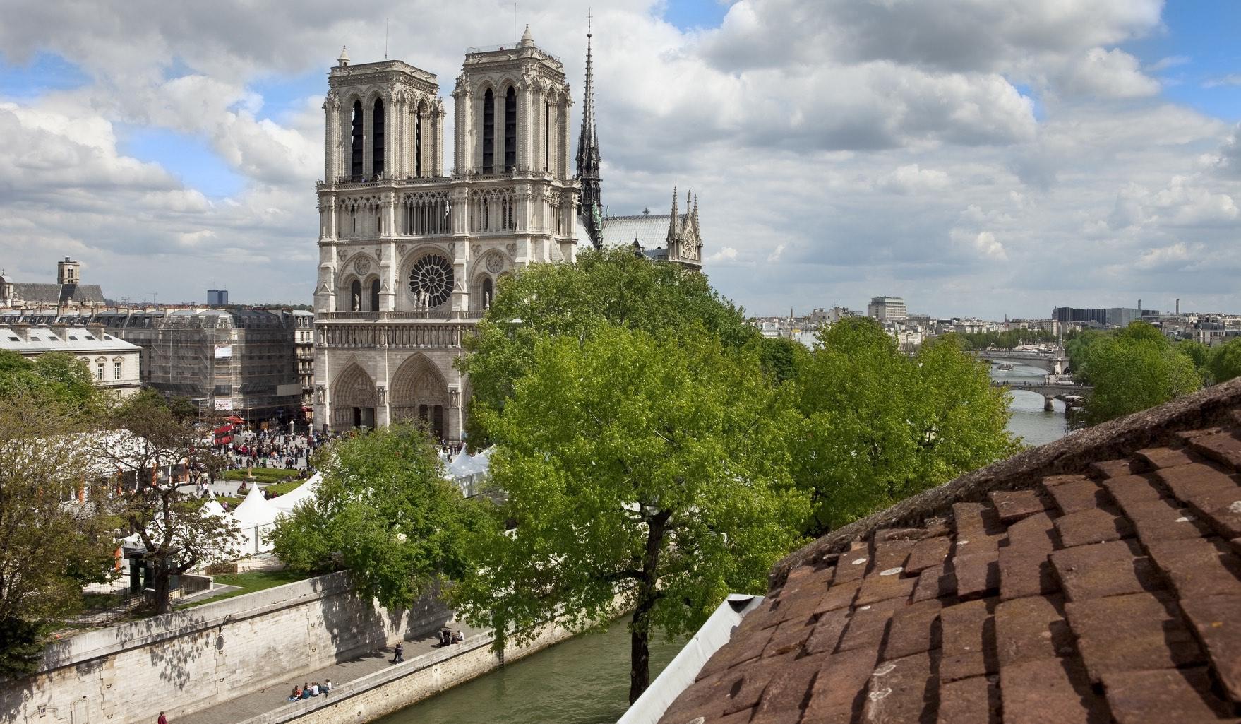 Exceptionnellement placé avec vue sur la cathédrale de Paris.