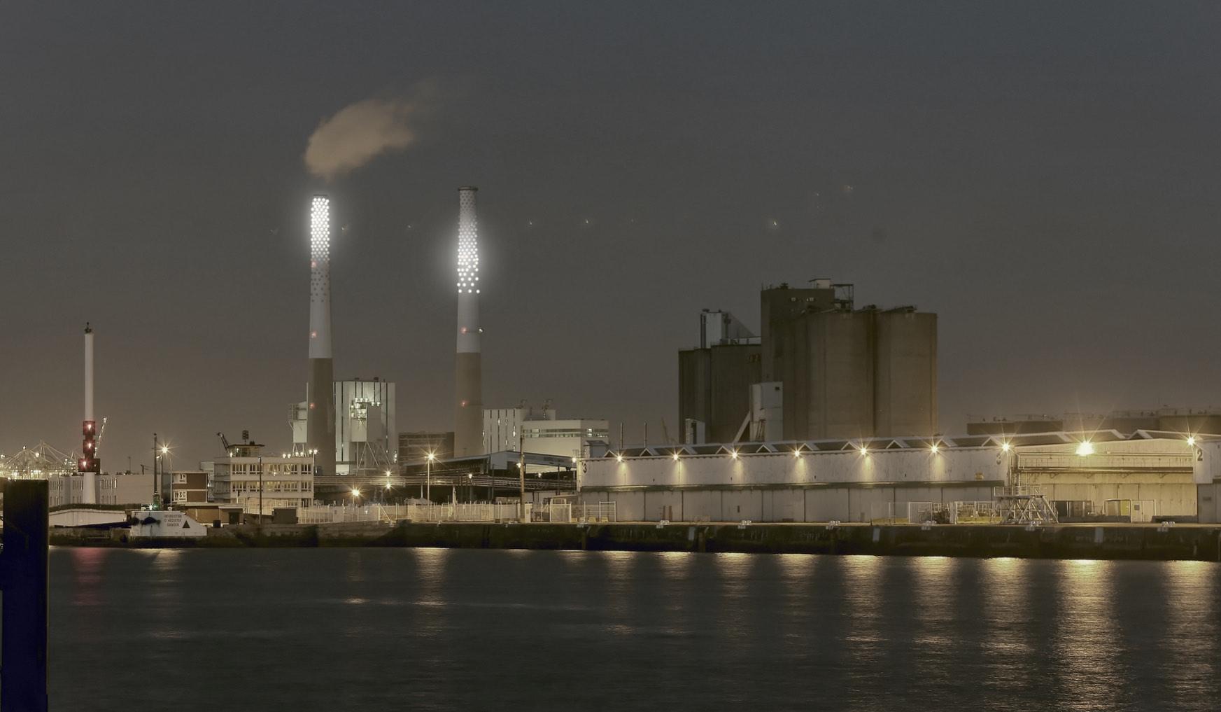 Le port du Havre de nuit et les cheminées de la centrale électrique mises en lumière par Félicie d'Estienne d'Orves.